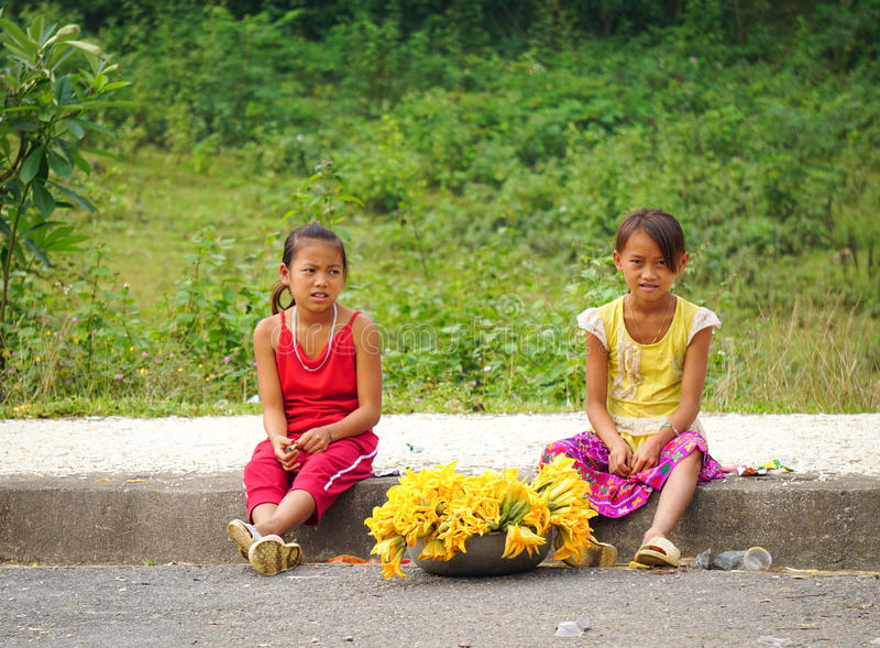 Hmongvrouwen die groenten op straat verkopen royalty-vrije stock foto