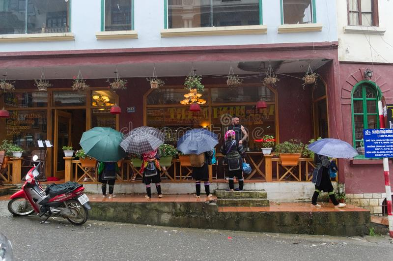 Hmongvrouwen met paraplu's in traditionele kleding royalty-vrije stock foto's