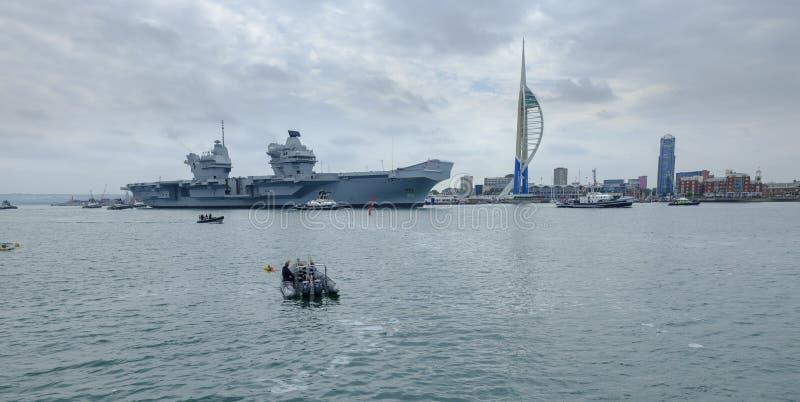 HMS女王伊丽莎白-英国皇家海军\'s最新和最大的军舰-从波兹毛斯仅第二个场合的,这的风帆 免版税库存图片