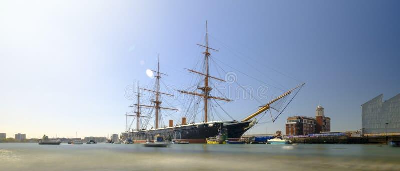 HMS战士(1862) -为英国皇家海军制造的第一艘英国铁包战舰-在春天与慢快门的下午光 库存图片