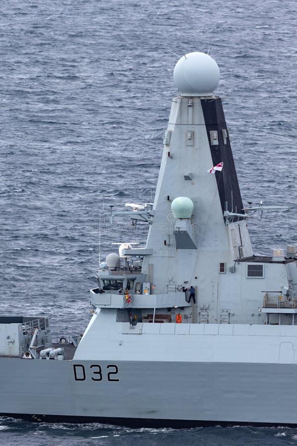 HMS敢键入45英国皇家海军离去的悉尼港口的大胆班的防空驱逐舰 免版税库存图片
