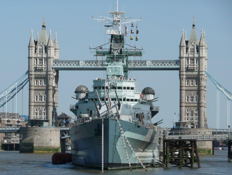 HMS Белфаст причаленный мостом Лондоном башни стоковое изображение rf