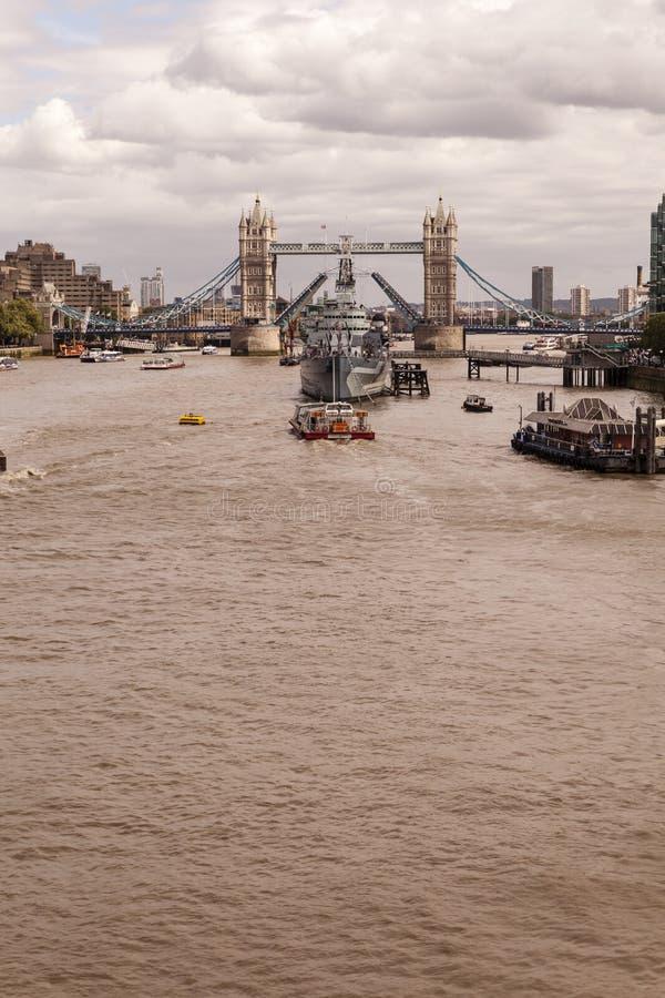 HMS贝尔法斯特被停泊在塔桥梁在泰晤士 库存照片