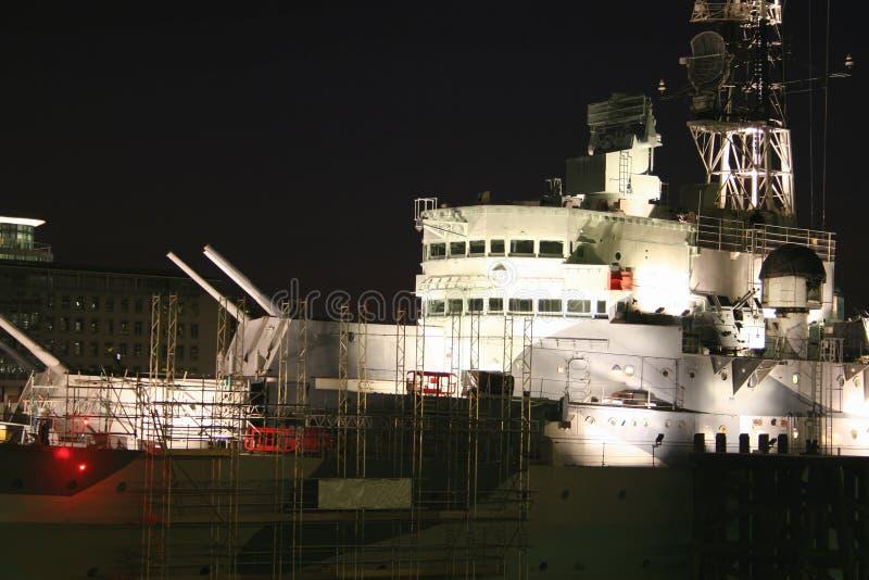HMS Belfast alla notte immagine stock