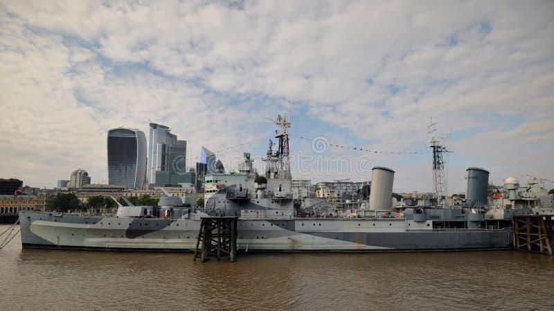 HMS Belfast engrupp ljuskryssare som byggdes för Royal Navy och förtöjdes som ett museumskepp på flodThemsen i London royaltyfri bild