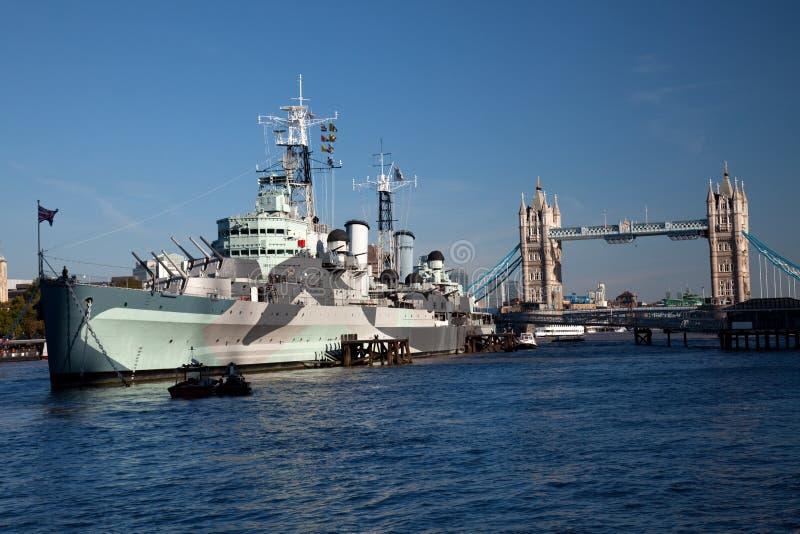 HMS Belfast Na Frente Da Ponte Da Torre Foto de Stock Royalty Free