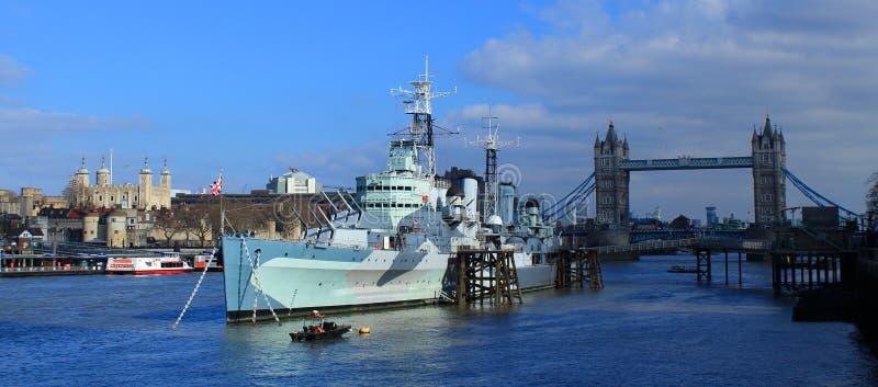 HMS Belfast, Toren van Londen en Torenbrug stock fotografie