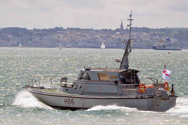 HMS Gleamer H86在solent的调查小船,波兹毛斯 免版税库存照片