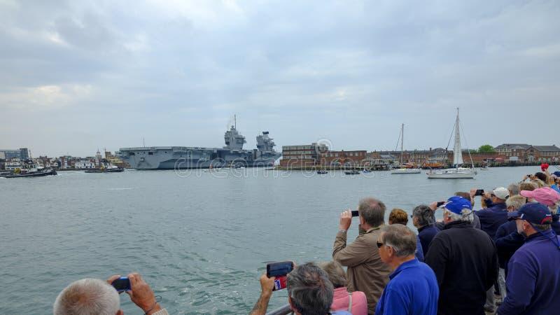 HMS-KÖNIGIN ELIZABETH - das neueste und größte überhaupt Kriegsschiff der Königlichen Marine - Segel von Portsmouth für nur die z stockfotografie