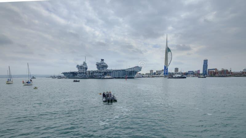 HMS-K?NIGIN ELIZABETH - das Marine  ?neuestes und gr??tes ?berhaupt Kriegsschiff s - Segel von Portsmouth f?r nur die zweite Gele stockbild
