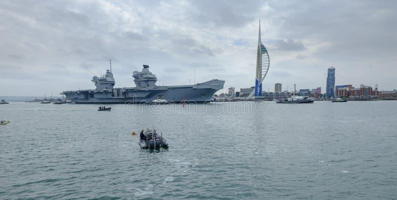 HMS-K?NIGIN ELIZABETH - das Marine  ?neuestes und gr??tes ?berhaupt Kriegsschiff s - Segel von Portsmouth f?r nur die zweite Gele stockfotografie