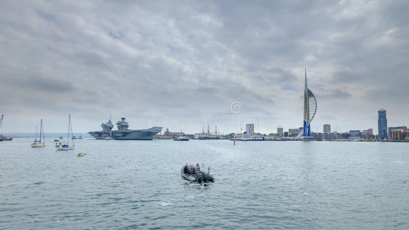HMS-K?NIGIN ELIZABETH - das Marine  ?neuestes und gr??tes ?berhaupt Kriegsschiff s - Segel von Portsmouth f?r nur die zweite Gele stockfoto
