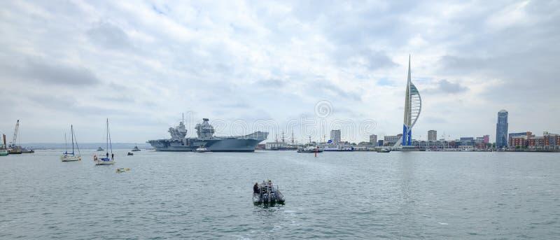 HMS-K?NIGIN ELIZABETH - das Marine  ?neuestes und gr??tes ?berhaupt Kriegsschiff s - Segel von Portsmouth f?r nur die zweite Gele lizenzfreie stockfotografie