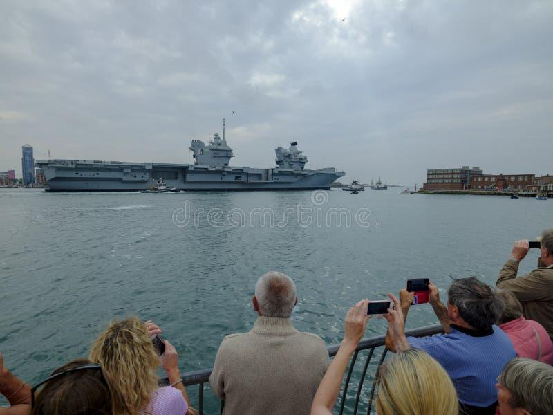 HMS kr?lowa ELIZABETH ?agle od Portsmouth dla tylko drugi okazji, to - Kr?lewskiej marynarki wojennej nowy i wielki okr?t wojenny fotografia stock