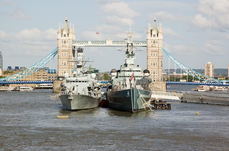 HMS Portland en HMS Belfast bij de Brug van de Toren stock foto