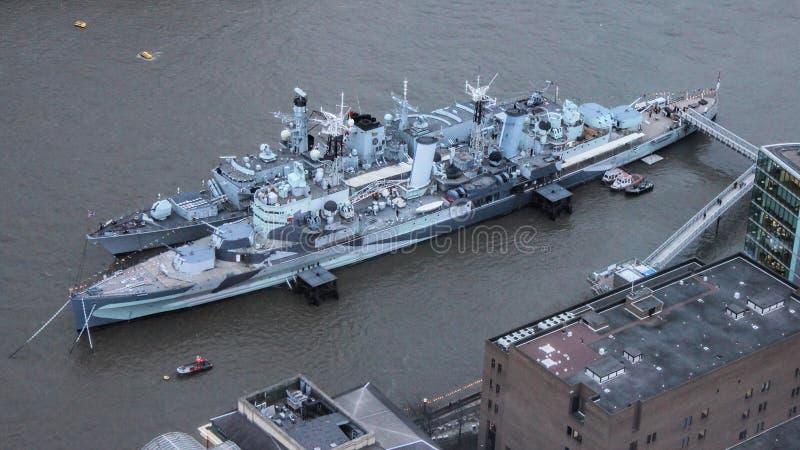HMS Westminster naast HMS Belfast op Rivier Theems, Londen wordt vastgelegd dat stock fotografie