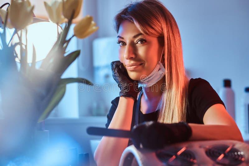 Hoży żeński manicurzysta jest uśmiechnięty kamera obraz stock