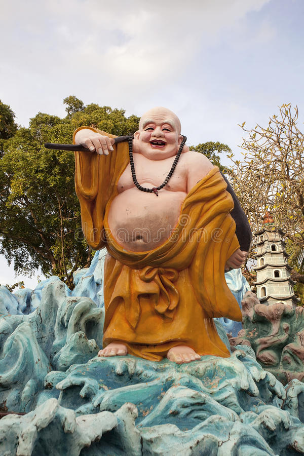 Ho在山楂同水准别墅的Tai愉快的菩萨雕象 编辑类库存图片