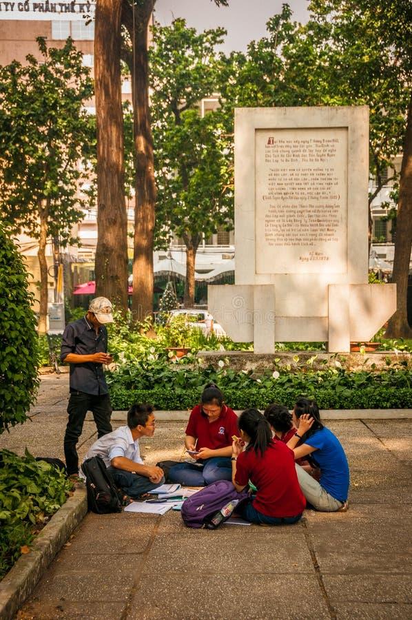 Ho Chi Minh, Βιετνάμ - 13 Νοεμβρίου 2013: Η ομάδα σπουδαστών μαθαίνει να μιλά τα αγγλικά με τους αγγλικούς εγγενείς αλλοδαπούς στοκ φωτογραφία με δικαίωμα ελεύθερης χρήσης