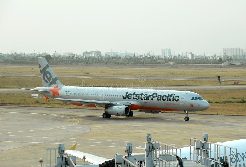 HO CHI MINH - 10 APRILE: Aeroporto atTan d'atterraggio di Nhat del figlio di Jetstar Asia Airbus 320 il 10 aprile 2015 nel Vietna immagini stock libere da diritti