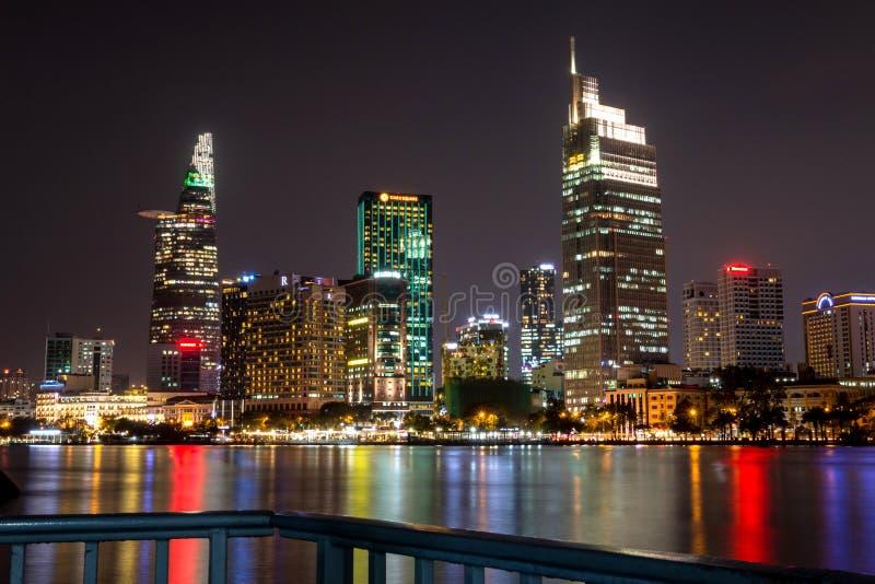 Ho Chi Minh City et x27 ; district des affaires central de s par nuit image stock