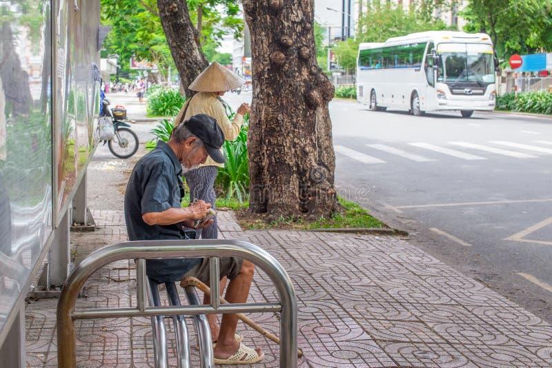 Ho Chi Minh City, Vietnam - 1° settembre 2018: un uomo indefinito sta ottenendo tutto pronto prima di salire il bus fotografia stock