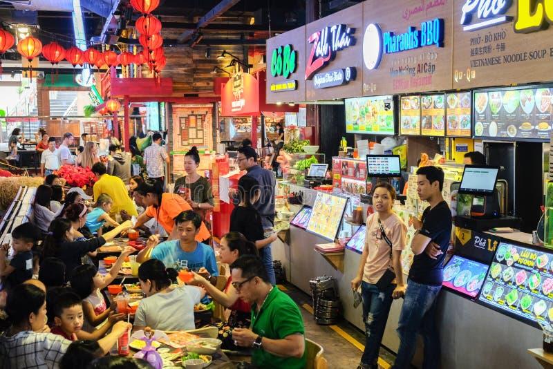 Ho Chi Minh City Vietnam - April 29, 2018: Folk som äter på matdomstolen, Asiana Fodd stad, avkänningsmarknad, Pham Ngu Lao arkivbild