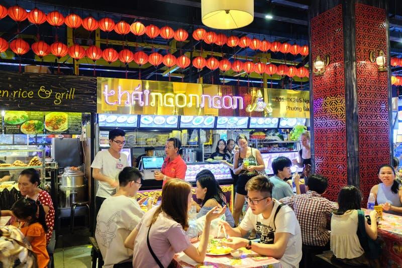Ho Chi Minh City, Vietnam - April 29, 2018: Mensen die bij Voedselhof eten, de Stad van Asiana Fodd, Betekenismarkt, Pham Ngu Lao stock afbeeldingen