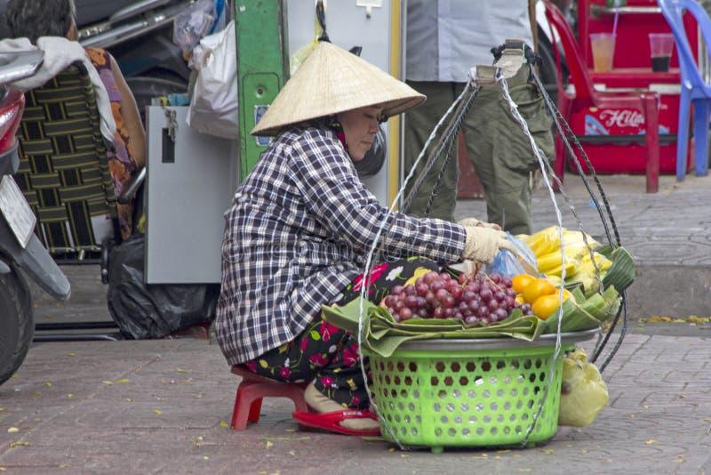 HO CHI MINH CITY, VIETNAM 4 DE NOVEMBRO: Um vendedor ambulante que vende o fruto fotos de stock royalty free