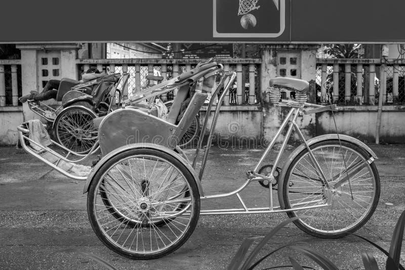 Ho Chi Minh City, Vietnam - 1 de septiembre de 2018: Cyclos vietnamitas y la forma de un hombre indefinido en la parte posterior  foto de archivo libre de regalías