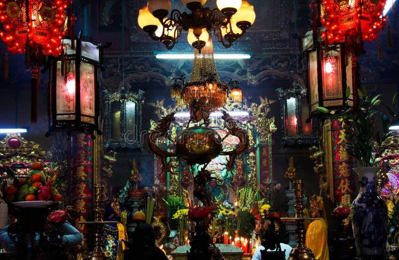 HO CHI MINH CITY VIETNAM - JANUARI 5 2015: Sikt på altaret inom färgrik glödande buddistisk kinesisk tempelfokus på lyktor arkivfoton
