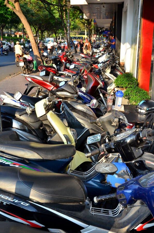 Ho Chi Minh City, Vietnam - 8 mars 2015 : les rangées des motocyclettes se sont garées à l'extérieur d'un édifice public en Ho Ch photographie stock libre de droits