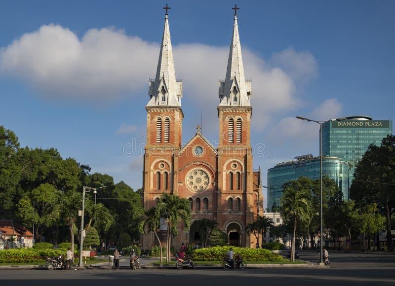 HO CHI MINH CITY VIETNAM - OKTOBER 13, 2016: Notre Dame Cathedral Vietnamese: Nha Tho Duc Ba, byggande i 1883 i den Ho Chi Minh s arkivfoto