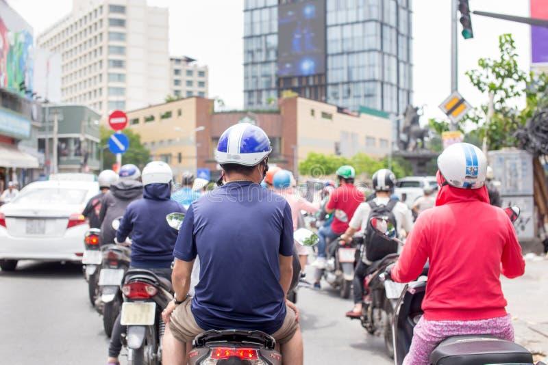 Ho Chi Minh City, Vietname - 1º de setembro de 2018: As motocicletas estão correndo em Ho Chi Minh City do centro fotos de stock royalty free