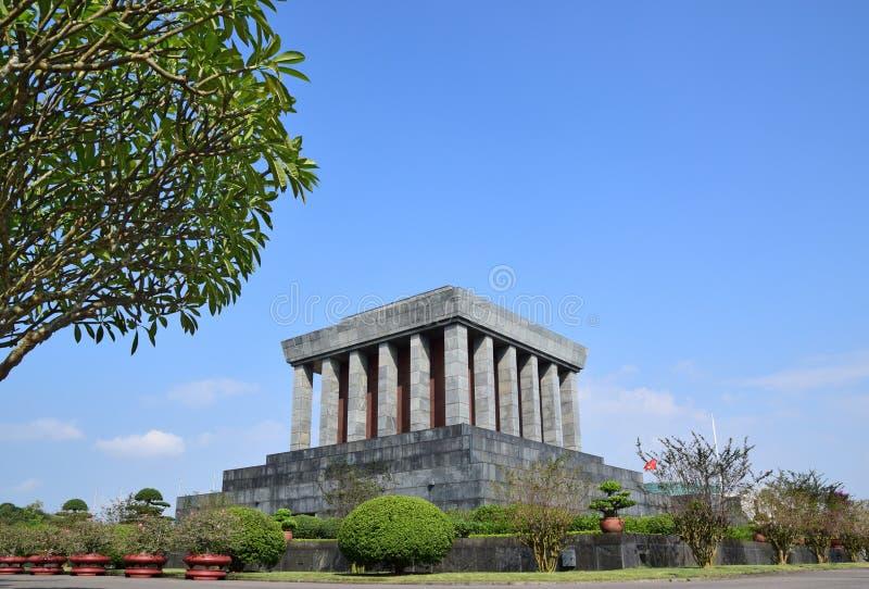 Ho Chi Minh Mausoleum en Hanoi Vietnam con el árbol grande a la izquierda imagenes de archivo