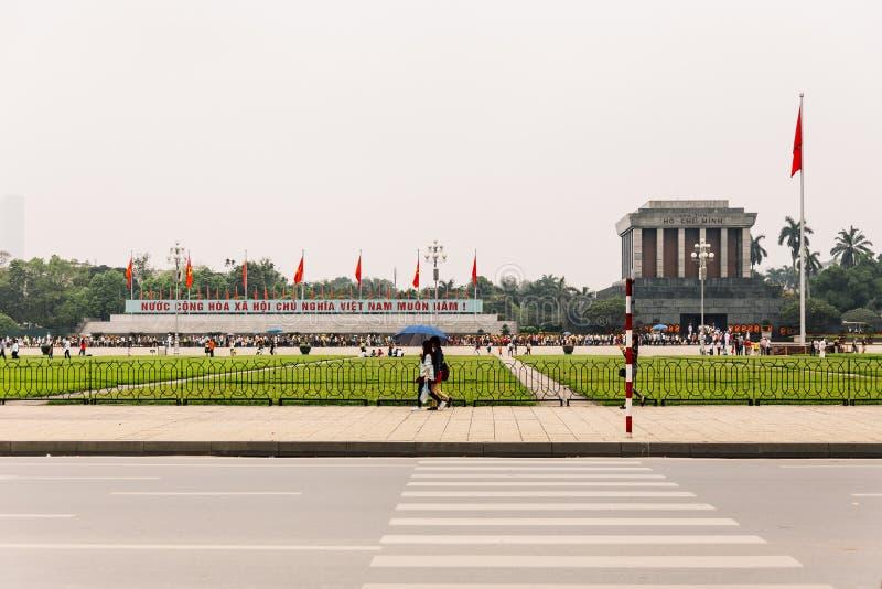 Ho Chi Minh Mausoleum que vê da parte dianteira através da estrada em Hanoi, Vietname imagem de stock royalty free