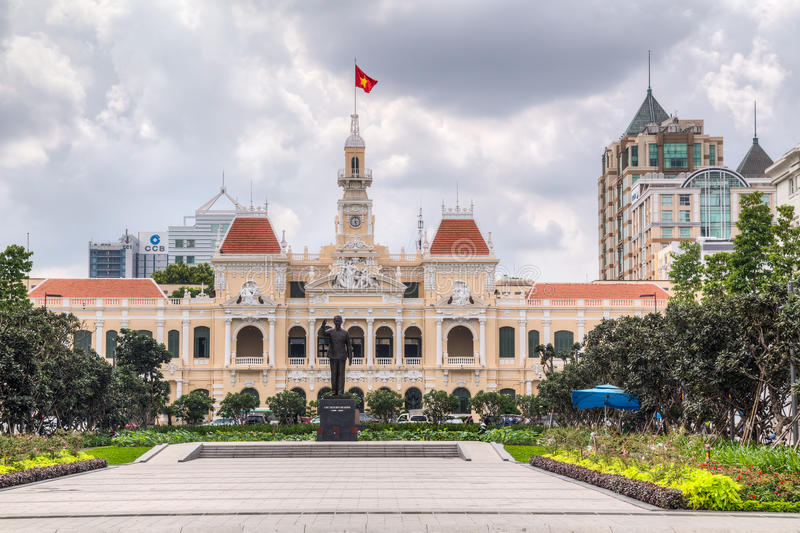 HO CHI MINH miasto, SAIGON/VIETNAM - OKOŁO SIERPIEŃ 2015: Ho Chi Minh pomnik i urząd miasta, Ho Chi Minh miasto, Wietnam zdjęcia stock