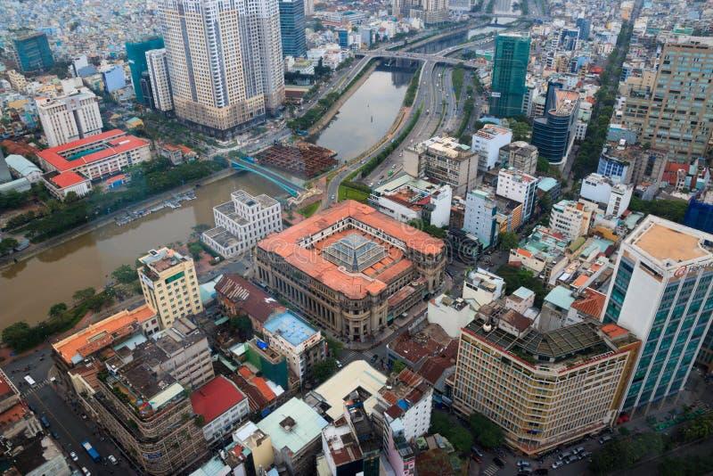 Ho Chi Minh miasto Wietnam, Grudzie?, - 2018: Bank Pa?stwowy Wietnam widok z rzek? i mostami od Skydeck fotografia stock