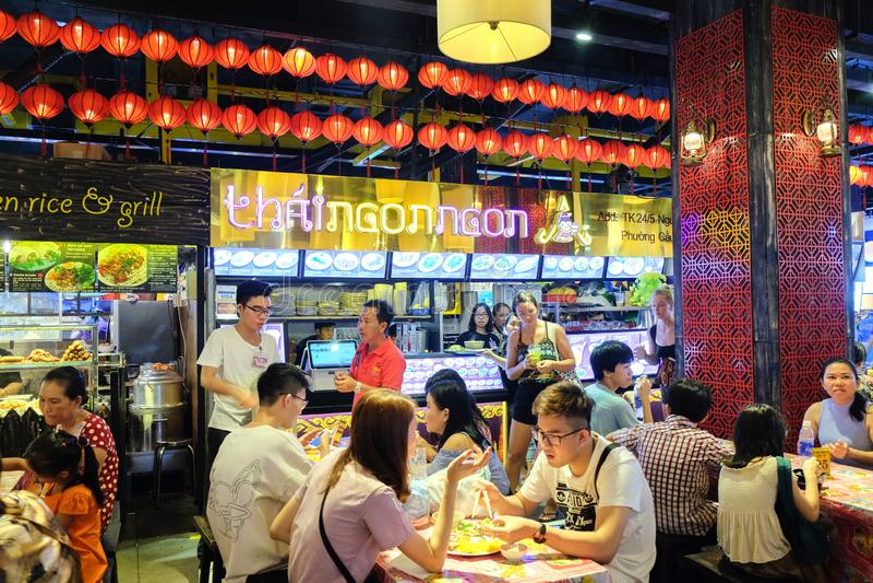 Ho Chi Minh miasto Wietnam, Kwiecień, - 29, 2018: Ludzie je przy Karmowym sądem, Asiana Fodd miasteczko, sensu rynek, Pham Ngu La obrazy stock