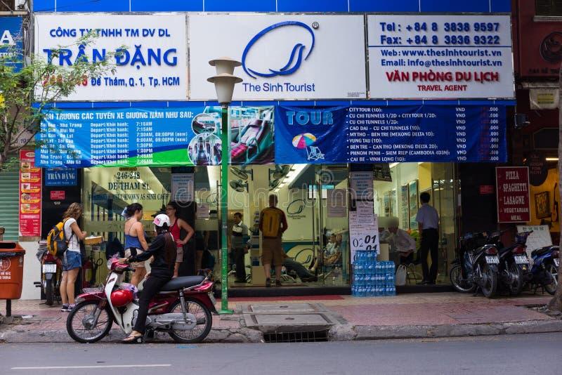 Ho Chi Minh miasto Wietnam, Nov, - 28, 2014: Frontowy widok TheSinhTourist biuro na De Tham ulicie TheSinhTourist jest poprzedni  obrazy royalty free