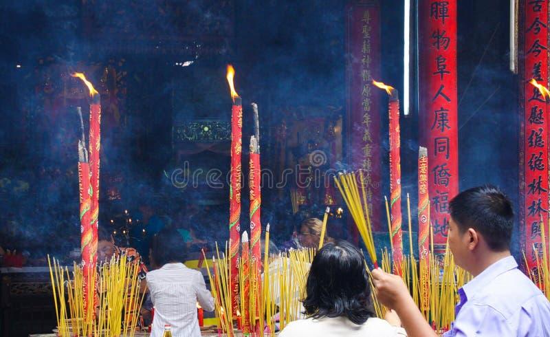 HO CHI MINH miasto WIETNAM, STYCZEŃ, - 5 2015: Buddyjscy wierzącego światła kadzidła kije przy świątynią w chińskiej buddyjskiej  fotografia stock