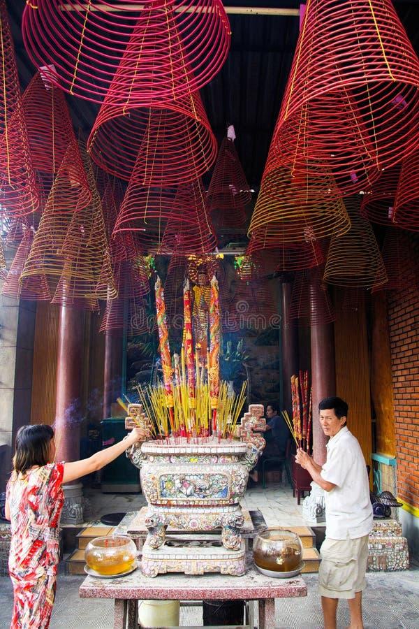 HO CHI MINH miasto WIETNAM, STYCZEŃ, - 5 2015: Buddyjscy wierzącego światła kadzidła kije w chińskiej świątynnej ostrości na ślim zdjęcia royalty free