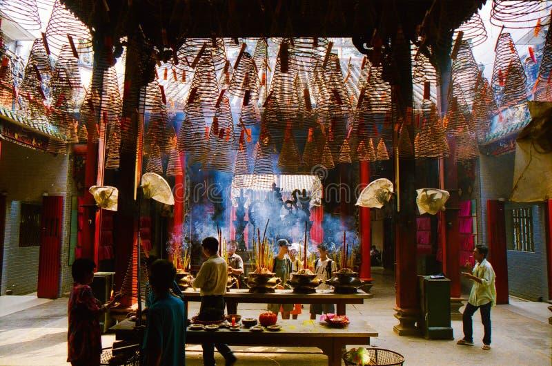 HO CHI MINH miasto WIETNAM, STYCZEŃ, - 5 2015: Buddyjscy wierzącego światła kadzidła kije w garnkach w chińskiej świątyni Masywny obrazy stock