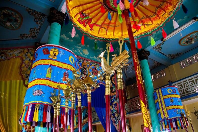 HO CHI MINH miasto WIETNAM, STYCZEŃ, - 5 2015: Niskiego kąta widok na stropować Wewnętrzną salę Cao Dai Kościelny Caodaism z błęk fotografia stock