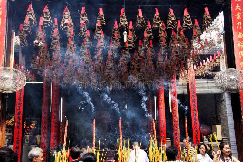 HO CHI MINH miasto WIETNAM, STYCZEŃ, - 5 2015: Wśrodku Buddyjskiej świątyni z obwieszenie spirali kadzidła zwitkami i palenie kij obrazy stock