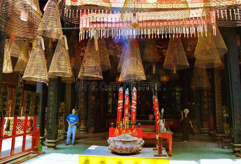 HO CHI MINH miasto WIETNAM, STYCZEŃ, - 5 2015: Wśrodku Buddyjskiej świątyni z obwieszenie spirali kadzidła zwitkami i palenie kij obrazy royalty free