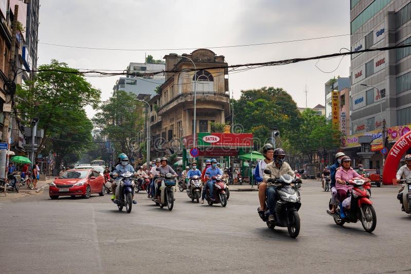 HO CHI MINH, SAIGON WIETNAM, GRUDZIEŃ, - 25, 2016: Ruchu drogowego dżem w mieście Ho Chi Minh, Wietnam Hundrgeds moped i hulajnog obraz stock