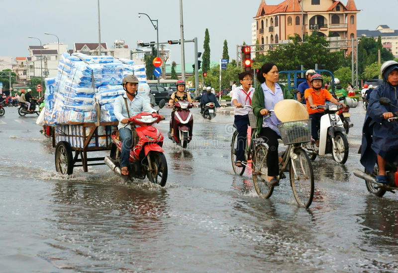 Ho Chi Minh-stad, lood getijde, overstroomd water stock fotografie