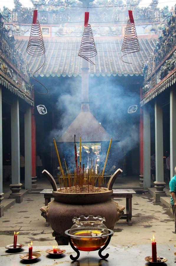 HO-CHI-MINH-STAD, VIETNAM - JANUARI 5 2015: Weergeven op hof van boeddhistische Chinese tempel met pot en fuming wierookstokken stock fotografie
