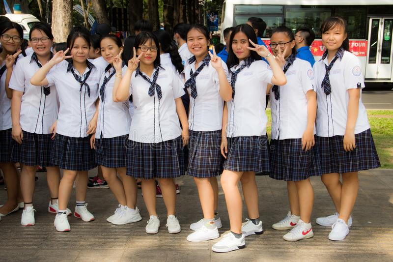 Ho Chi Minh-stad, Vietnam, 21 03 2018 - Negen jonge Vietnamese meisjes die in lijn in school eenvormig op straat satying royalty-vrije stock fotografie